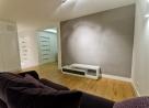Salon ze sciana betonowa [fot. Bartek Tofel www.tofel.eu]